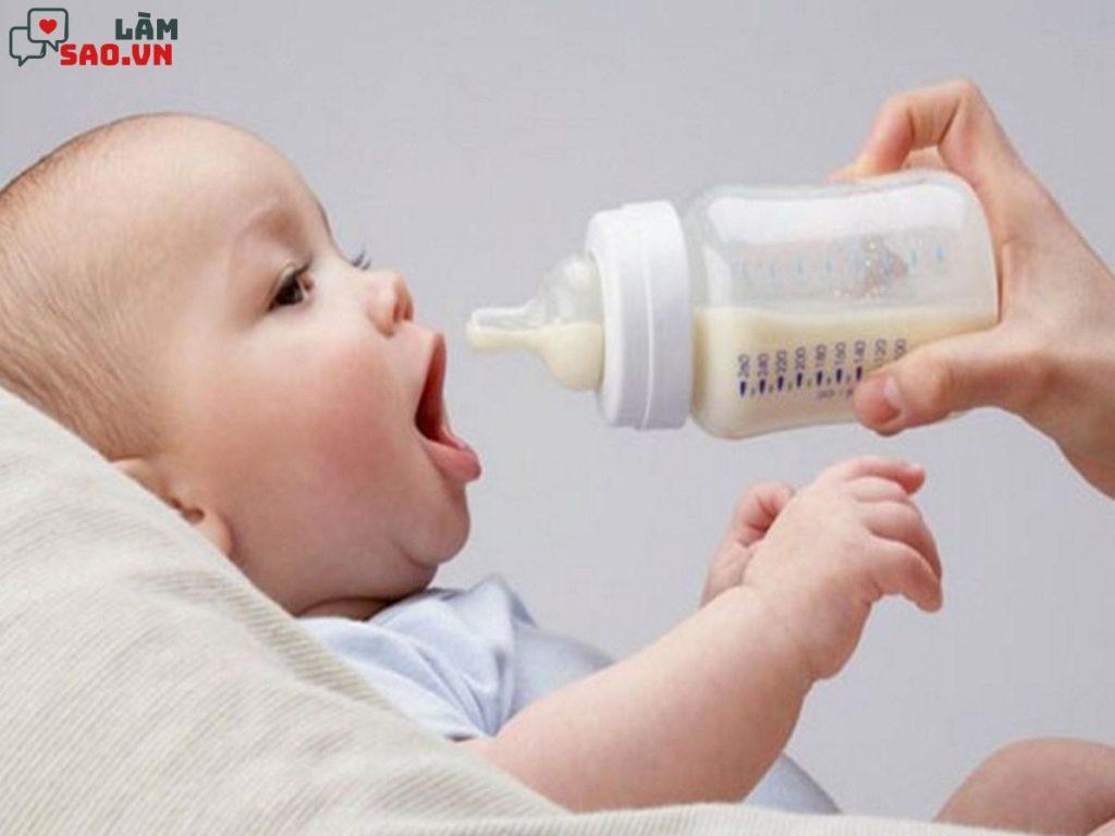 Cho trẻ bú bình