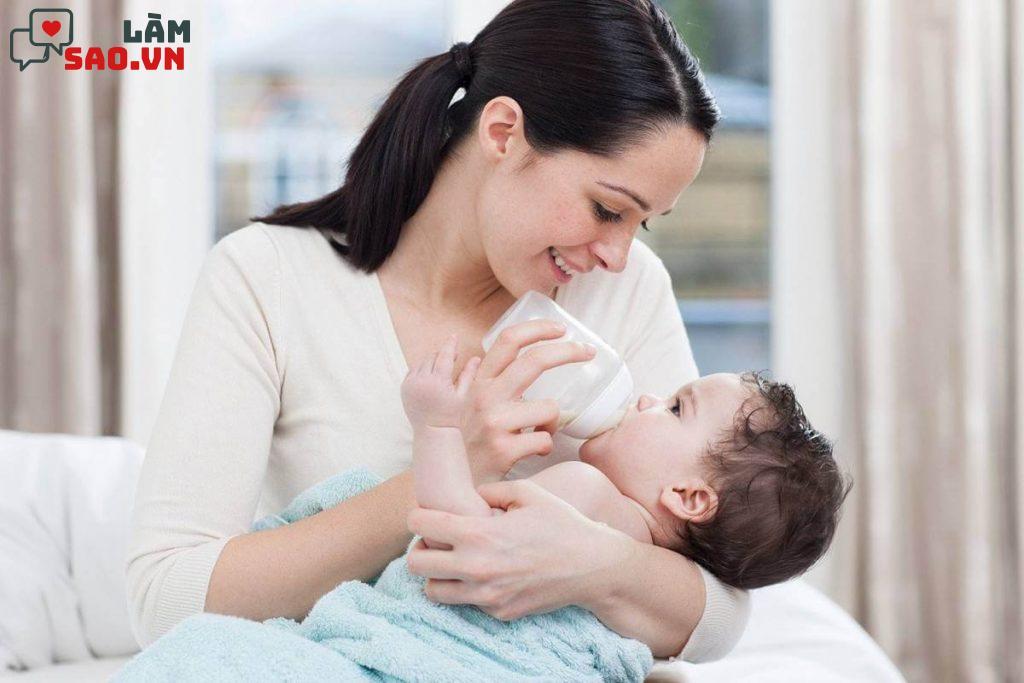 Cho trẻ bú bình khi đói