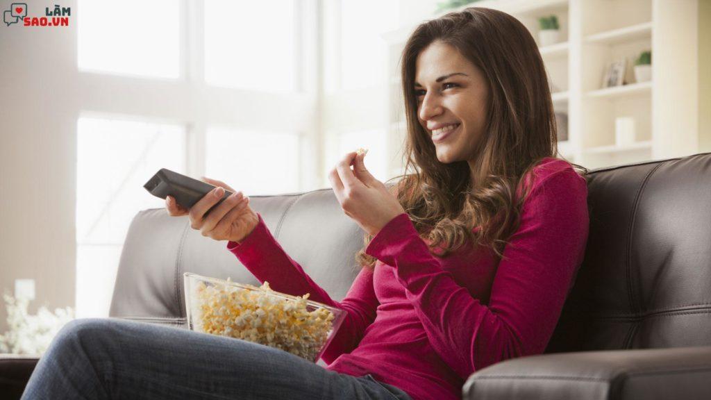 Không nên vừa ăn vừa xem tivi