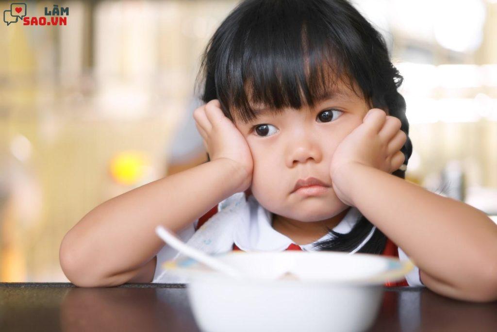 Những dấu hiệu chứng tỏ trẻ biếng ăn