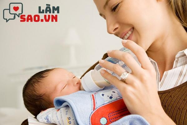 Mẹ nên tập cách cầm bình cho trẻ bú